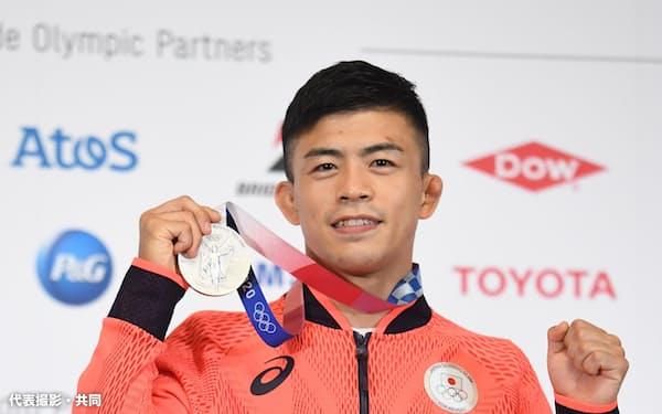 レスリング男子グレコローマン60キロ級で銀メダルを獲得し、記者会見で撮影に応じる文田健一郎(3日・東京都内)=代表撮影・共同
