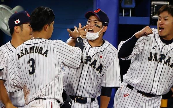 野球の日本は決勝進出を懸けて韓国と戦う=ロイター