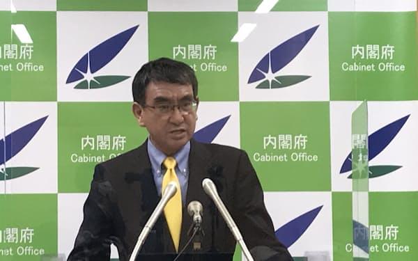 記者会見に臨む河野規制改革相(8月3日)