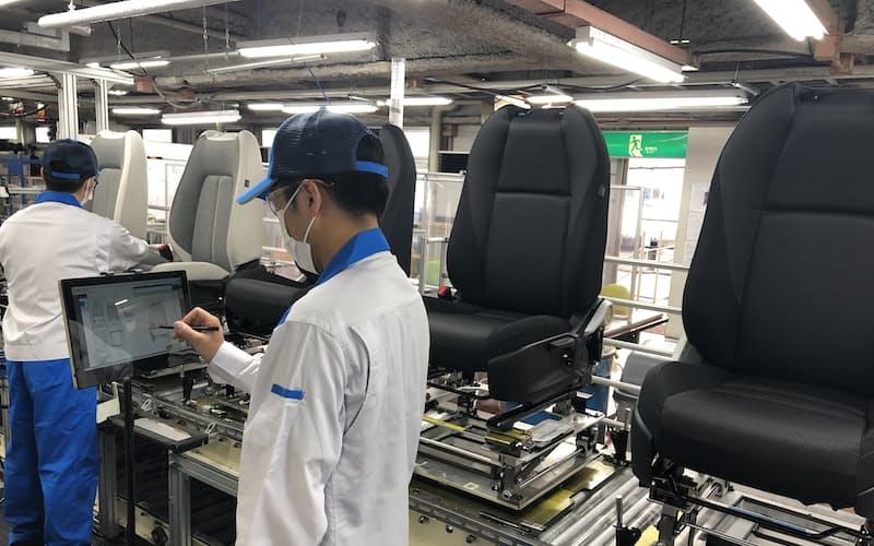工場内にタブレットを設置し、情報入力を効率化(東洋シートの工場)