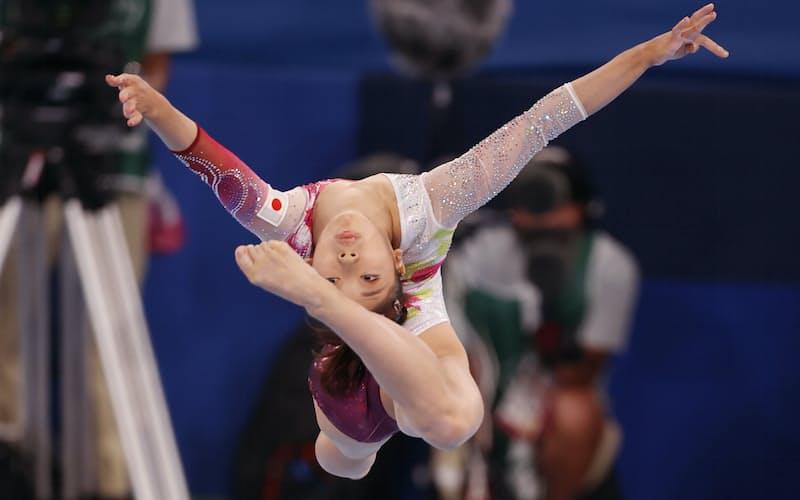 体操種目別決勝の女子平均台で演技する芦川うらら