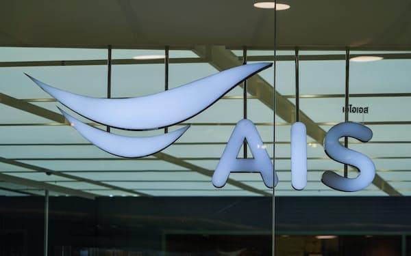 タイ通信最大手AISの店舗(バンコク)=小高顕撮影