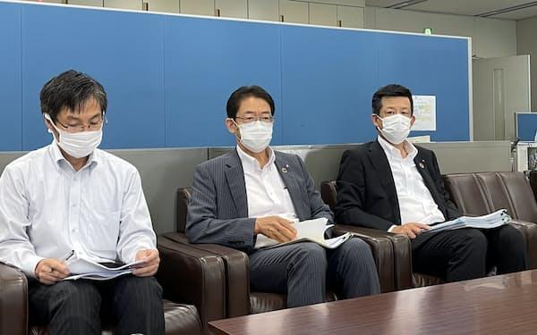 2021年4~6月期の決算発表に臨む東和銀の江原洋頭取(中)ら(3日、前橋市)