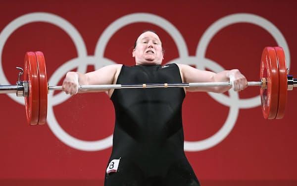 重量挙げ女子87キロ超級に出場したニュージーランドのハバード。五輪史上初めて男性から女性への性別変更を公表した選手として注目された=共同