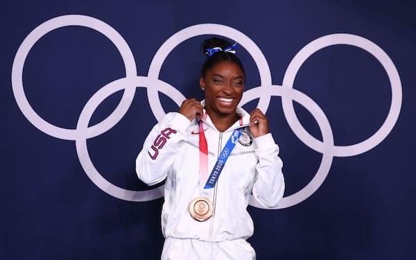銅メダルを獲得して笑顔を見せるバイルス=ロイター
