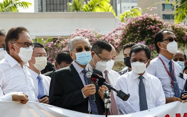 マハティール前首相(前列中央)やアンワル元副首相(前列左)ら野党議員もムヒディン首相の辞任を求めている=AP
