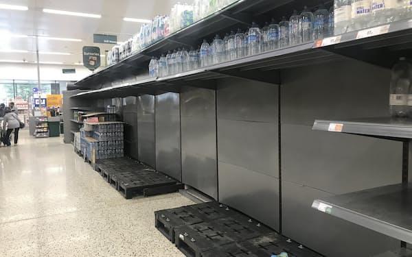 スーパーでは水など一部商品の品薄が続いている(3日、ロンドン)