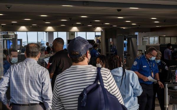 米国内線は需要が持ち直しているが、観光需要が中心だ(6月、米ミシガン州デトロイト)=ロイター
