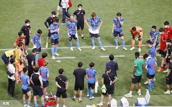 準決勝でスペインに敗れ、円陣を組む日本イレブン。五輪代表の選手たちが今後、フル代表の主力を形づくっていくことは間違いない=共同