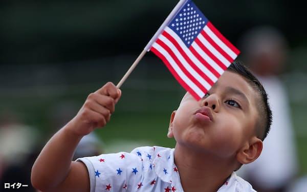 移民の流入で人口増が続く米国でも少子化が進行する(7月4日、米首都ワシントン)=ロイター