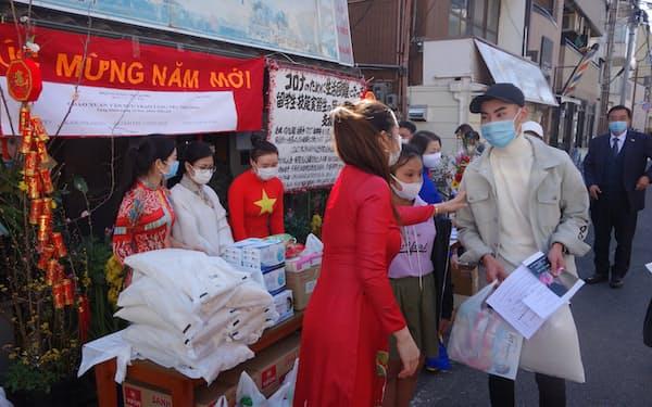 神戸市の支援団体は近隣のベトナム人留学生や技能実習生に支援物資を配った(神戸市)