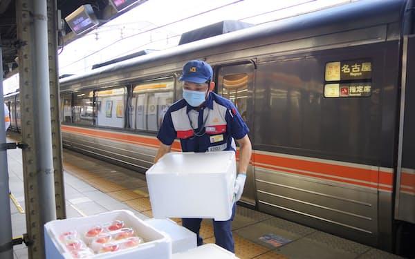 特急に積み込まれた野菜を係員が手際よく運び出した(4日、名古屋駅)