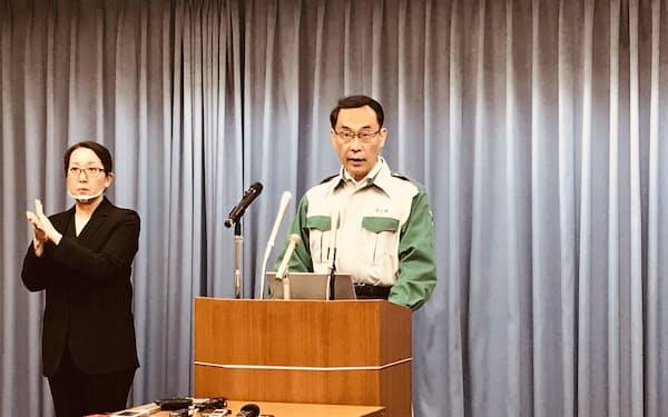 記者会見する埼玉県の大野元裕知事(3日夜、埼玉県庁)