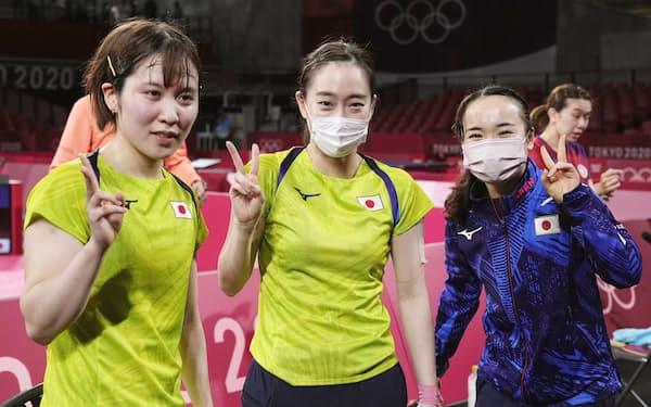 女子団体で決勝進出を決め、カメラに向かってポーズをとる(左から)平野美宇、石川佳純、伊藤美誠=共同