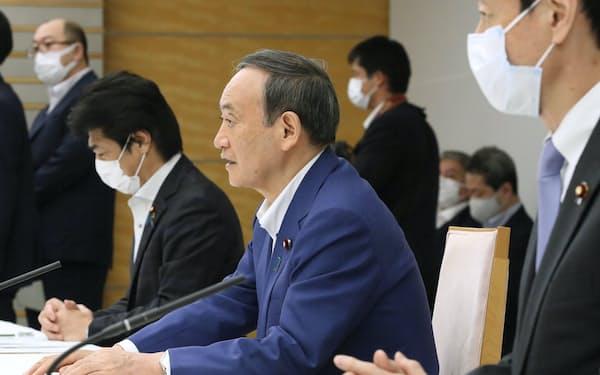 日本医師会など医療関係団体のトップと意見交換する菅首相(3日、首相官邸)