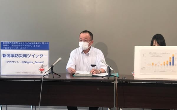 記者会見する星名課長(4日、新潟県庁)