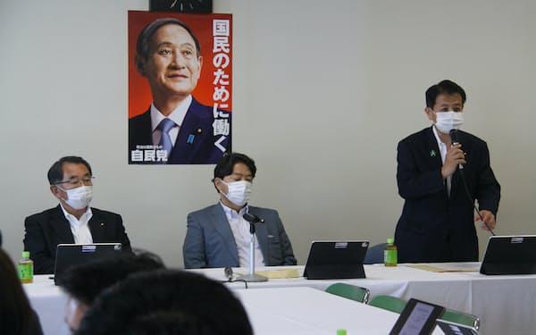 自民党本部で開いた合同会議で発言する宮下一郎農林部会長(右)=4日