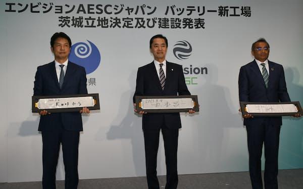 茨城県での新工場建設を発表する日産自動車のグプタCOO(右)ら(4日、茨城県庁)