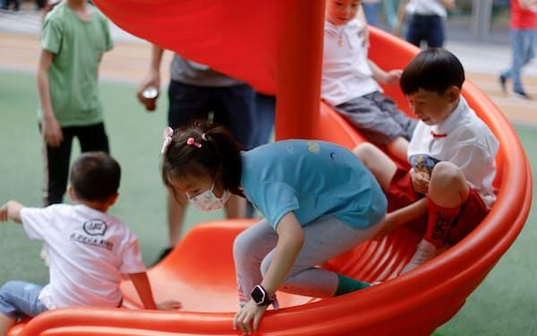 中国では教育費や住宅費の高騰で、もはやよい生活は望めないとして結婚も仕事もしない「寝そべり族」が増加、これが出生率のさらなる低下を招きかねない問題となっている=ロイター