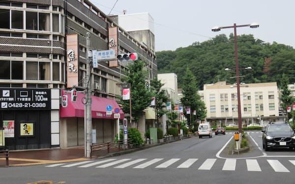 青梅駅前の様子。左側のビルを再開発計画で建て替える(東京都青梅市)