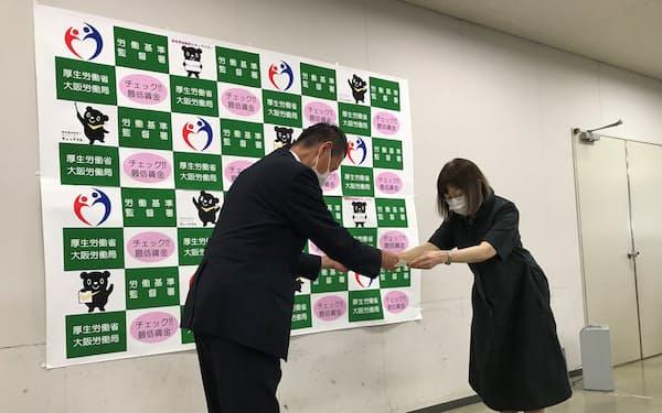 答申を受ける大阪労働局の木暮康二局長㊧