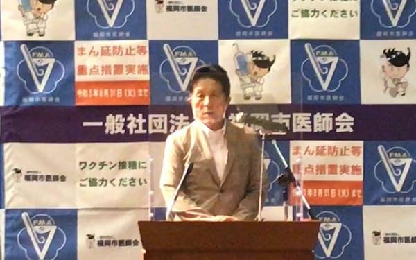 記者会見する、福岡市医師会の平田会長(4日、福岡市)