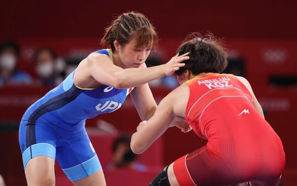 レスリング女子62キロ級決勝で、ティニベコワ(右)を攻める川井友香子