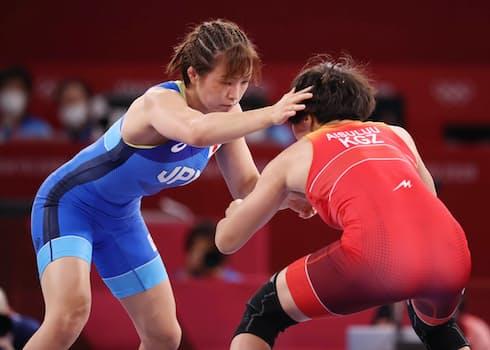 ティニベコワ(右)と対戦する川井友香子