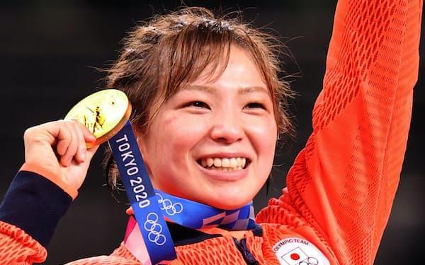 金メダルを獲得し、喜ぶ川井友香子