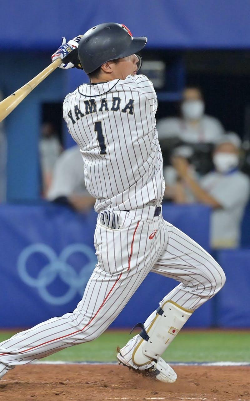 八回、勝ち越しの3点適時打を放つ山田