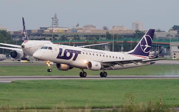 4日、ワルシャワの空港に着陸するツィマノウスカヤ選手を乗せた航空機=ロイター