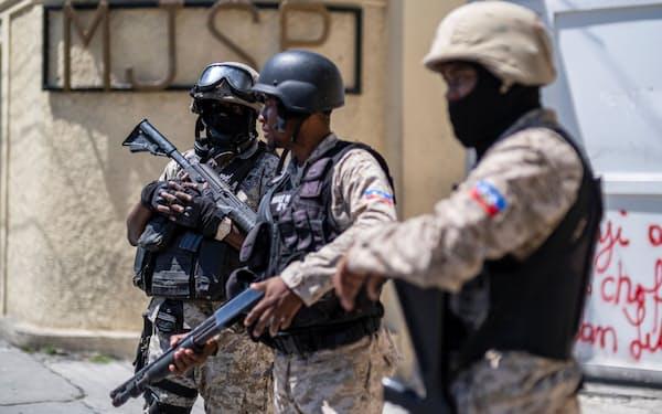 官庁を警備する国家警察(7月29日、ポルトープランス)=ロイター