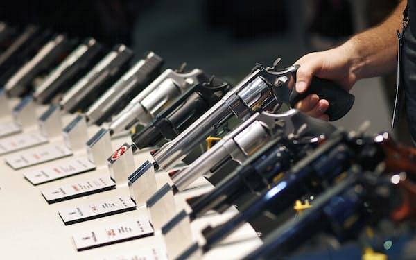 スミス・アンド・ウェッソンの拳銃(2016年の展示会)=AP