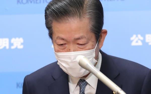 遠山清彦氏の議員辞職を受け、記者会見で頭を下げる公明党の山口代表(2月)