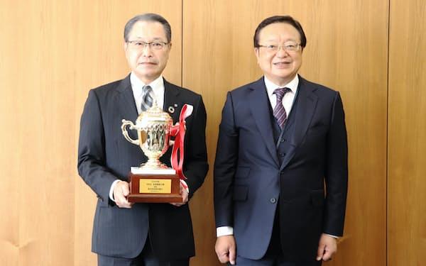 第9回「地域貢献大賞」を受賞した栃木銀行の黒本淳之介頭取㊧と日本M&Aセンターの三宅卓社長