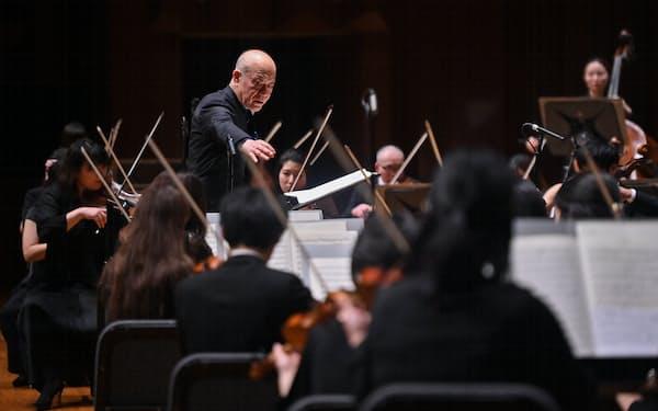 日本センチュリー交響楽団を指揮する久石譲(3月、大阪市のザ・シンフォニーホール)