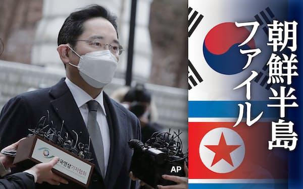 ソウル高裁に到着し、記者に囲まれるサムスン電子の李在鎔副会長(1月)=AP