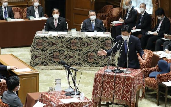 衆院議運委で「まん延防止等重点措置」の対象拡大の方針を説明する西村経財相(5日)