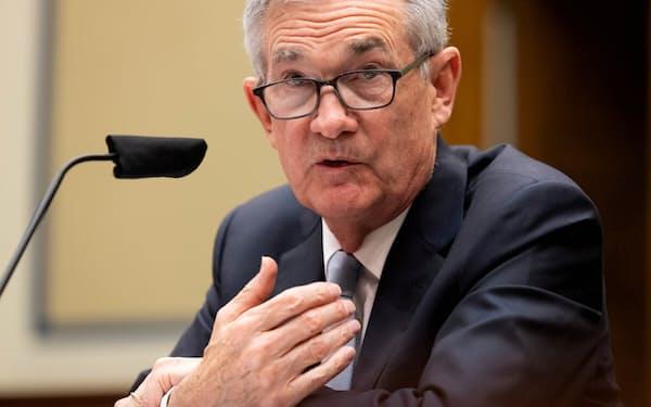 FRBのパウエル議長はジャクソンホール会議で金融政策の正常化に向けて市場にメッセージを示す見通しだ(6月の議会証言)=ロイター