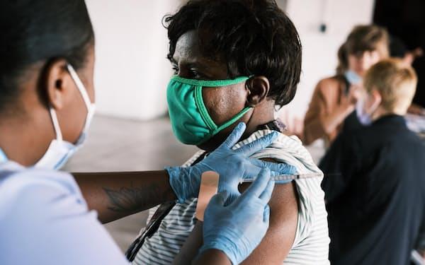 新型コロナワクチンの接種を受ける女性(4日、米ミズーリ州)=ゲッティ共同