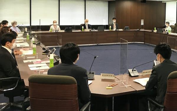 中央最低賃金審議会は時給28円を目安に引き上げるよう答申した