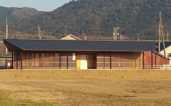 纒向遺跡のトイレは、吉野杉を材料に色を工夫し、三輪山や周囲の町並みに溶け込むデザインを施した(奈良県桜井市)