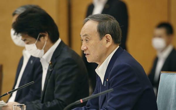 新型コロナウイルス対策本部会合で「まん延防止等重点措置」の適用地域に8県を加えることを表明する菅首相(5日午後、首相官邸)=共同