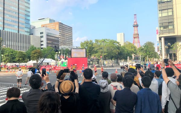 競歩競技を一目見ようと、沿道には多くの観客が詰めかけた(5日、札幌市)