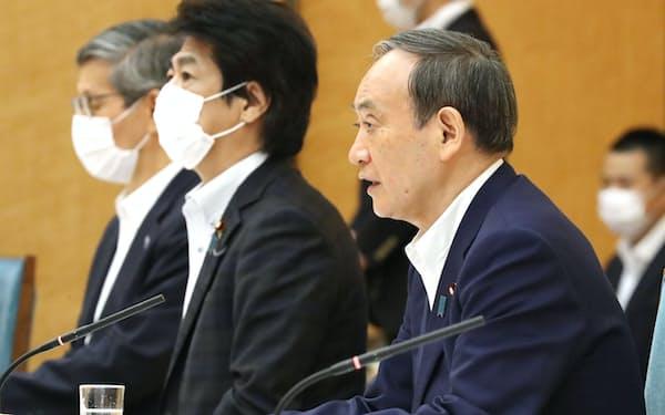 新型コロナ感染症対策本部の会合で8県への「まん延防止」追加を表明する菅首相(5日、首相官邸)