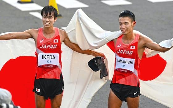 日の丸を掲げる銀メダルの池田向希(左)と銅メダルの山西利和(5日、札幌市)