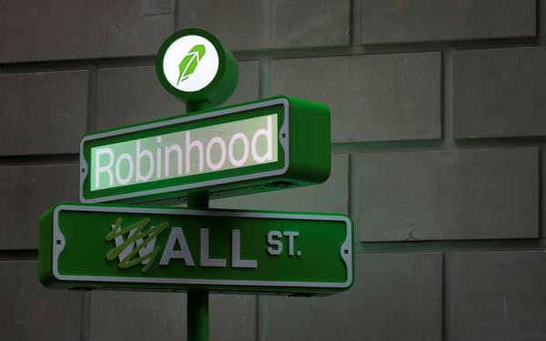 ミーム株取引の「舞台」、ロビンフッド自体がミーム株に(上場イベントに登場したロゴ)=ロイター