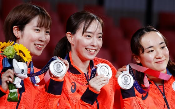 女子団体で銀メダルを獲得した(左から)平野、石川、伊藤