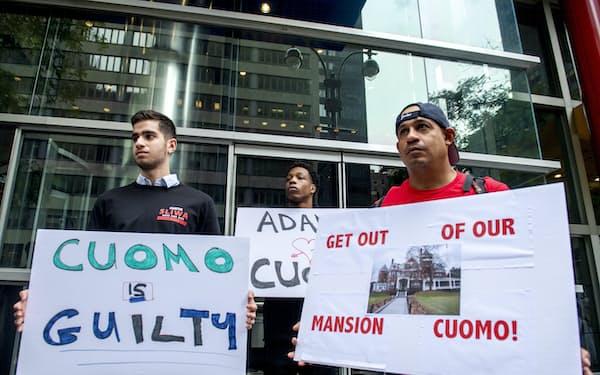 ニューヨーク市のクオモ氏の事務所前で辞任を求める人々(4日)=AP