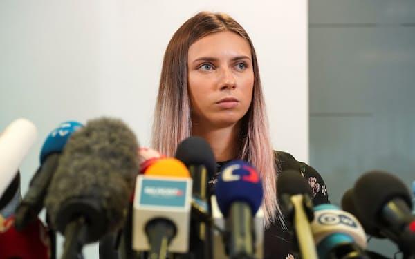 記者会見した陸上女子ベラルーシ代表のツィマノウスカヤ選手(5日、ワルシャワ)=ロイター